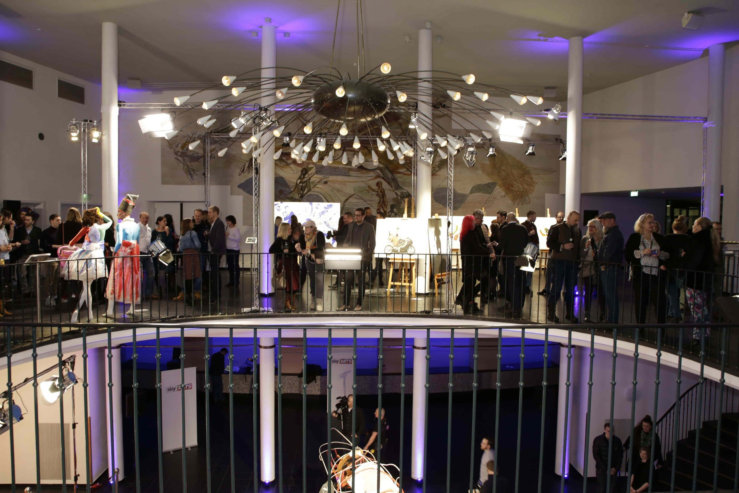 Übersicht MIX UP ART Vernissage von Sky Arts ( Künstler und Promis stellen ihre gemeinsamen Kunstwerke aus.Online Auktion ab sofort unter www.sky.de/mixupart für einen guten Zweck.) in der alten Kongresshalle in München am 22.02.2018. Agency People Image (c) Viviane Simon